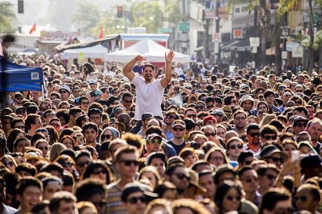 Crowd at Old Pasadena 2014. Courtesy of BuzzLA via Make Music Pasadena